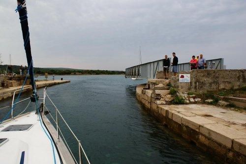 Wegklappbrücke in Osor